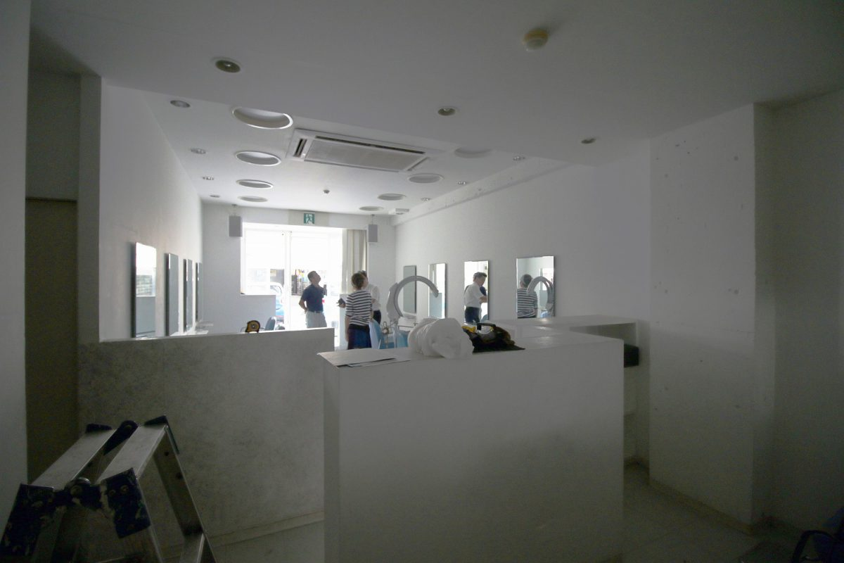 20年前に完成した1店舗目は白を基調としたモダンなデザインでした。